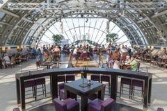 BERLIN TYSKLAND - JULI 24: Det okända folket är äta och dricka i restaurangen av det berömda varuhuset KaDaWe i Berl Arkivfoton