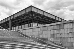 BERLIN TYSKLAND - JULI 2015: Yttre sikt av Neuen Nationa fotografering för bildbyråer