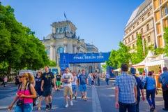 BERLIN TYSKLAND - JUNI 06, 2015: Berlin mitt som täckas med advertisings av mästareligafinalmatchen, gå för folk Royaltyfria Foton