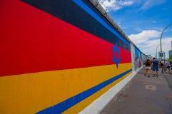 BERLIN TYSKLAND - JUNI 06, 2015: Den Berlin väggen är faktiskt en vitbok för att folk ska uttrycka theirselves, på väggen Arkivfoto