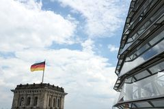 Berlin Tyskland, 13 Juni 2018 Den nya kupolen av Bundestagen med banan f?r bes?kare arkivbild