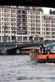 Berlin Tyskland, 13 Juni 2018 Fartyg som navigerar floden I bakgrunden en bro och bostads- byggnader royaltyfria foton