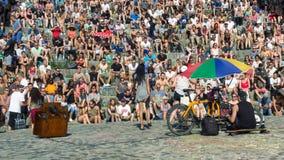 BERLIN TYSKLAND - Juni 11, 2017: Folk som sjunger till en folkmassa i th arkivfoto
