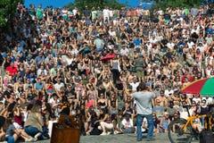 BERLIN TYSKLAND - Juni 11, 2017: Man att sjunga till en folkmassa i set royaltyfri foto