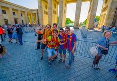 BERLIN TYSKLAND - JUNI 06, 2015: Oidentifierade fans av Barcelona team, Spanien, på waitting för den Brandenburger porten Arkivbild