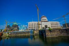 BERLIN TYSKLAND - JUNI 06, 2015: Rekonstruktion för Berlin stadsslott som är längst ner av museumön, bak det berömt Arkivbild