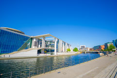 BERLIN TYSKLAND - JUNI 06, 2015: Stor sikt i en solig dag av en flod och symboliska konstruktioner en i Berlin Arkivbild