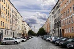 Strelitzer Strasse och den Belin televisionen står hög den Fernsehturm tysken Royaltyfria Foton