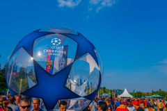 BERLIN TYSKLAND - JUNI 06, 2015: Tusentals fans deltar i till den olimpic stadion av Berlin för UEFA-mästarna Royaltyfri Fotografi