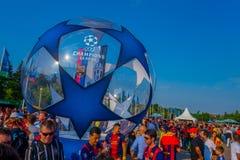 BERLIN TYSKLAND - JUNI 06, 2015: Tusentals fans deltar i till den olimpic stadion av Berlin för UEFA-mästarna Arkivfoton