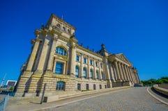 BERLIN TYSKLAND - JUNI 06, 2015: Utvändig och sidofotografi av historisk byggnad i Berlin Blå himmel på sommar och Arkivfoton