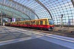 Berlin Tyskland, 23. kan, 2018 Sikt från plattformen, från den huvudsakliga stationen och dess konstruktion på ett avtågande drev fotografering för bildbyråer