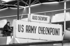 BERLIN TYSKLAND, Maj 10 2016, Checkpoint Charlie Fotografering för Bildbyråer