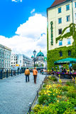 Berlin Tyskland - Maj 25, 2015: invallning som förbiser Berlin Cathedral - den största protestantkyrkan i Tyskland Royaltyfria Bilder