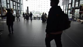 Berlin Tyskland, 08 Maj 2019: Tid schackningsperiod av passagerare på drevstationen Grupp människor med deras bagage som går på u stock video
