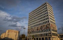 BERLIN TYSKLAND, NOVEMBER 6, 2016: Sikt av Haus des Lehrers och Haus der Statistik i Berlin Royaltyfri Bild