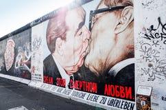 BERLIN TYSKLAND Oktober 15, 2014: Berlin Wall var en barriär lurar Royaltyfri Foto