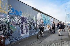 BERLIN TYSKLAND Oktober 15, 2014: Berlin Wall var en barriär lurar Royaltyfri Bild