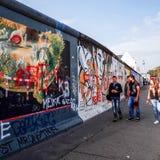 BERLIN TYSKLAND Oktober 15, 2014: Berlin Wall var en barriär lurar Arkivfoton