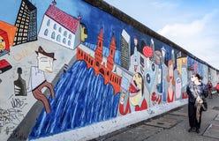 BERLIN TYSKLAND Oktober 15, 2014: Berlin Wall var en barriär lurar Arkivbilder