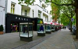 BERLIN TYSKLAND - OKTOBER 21 2015: Berömd shoppinggata Kurfurstendamm (Ku'Damm) i Berlin Arkivfoton