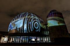 BERLIN TYSKLAND, OKTOBER 9, 2013: Berlin Light Art Festival på planetarium Fotografering för Bildbyråer