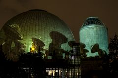 BERLIN TYSKLAND, OKTOBER 9, 2013: Berlin Light Art Festival på planetarium, Zeiss-Großplanetarium Royaltyfria Foton