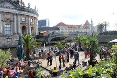 Berlin Tyskland: Par som dansar på ett dansgolv vid floden arkivfoton