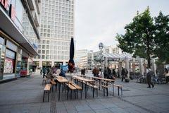 BERLIN TYSKLAND - SEPTEMBER 25, 2012: Berlin Public Area med lokalt folk Royaltyfri Foto
