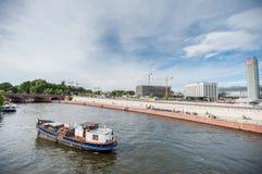 BERLIN TYSKLAND - SEPTEMBER 25, 2012: Berlin Train Station område Hauptbahnhof Flod och fartyg i förgrund Arkivfoto