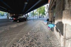 BERLIN TYSKLAND - SEPTEMBER 25, 2012: Det hemlösa folket sover under bron i Berlin, Tyskland royaltyfri bild
