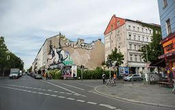 BERLIN TYSKLAND - SEPTEMBER 25, 2012: Gatakonst i Kreuzberg område, Berlin Royaltyfri Fotografi
