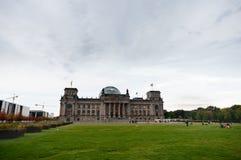 BERLIN TYSKLAND - SEPTEMBER 25, 2012: Reichstag byggnad i Berlin, Tyskland Grönområde i förgrund Arkivfoton