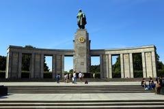 Berlin Tyskland. Skulpturen av rysssoldaten med kolonner Arkivfoto