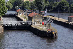 Berlin Tyskland. Stationen för litet skepp på festfloden Arkivfoton