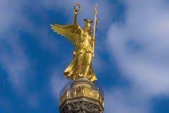 Berlin Tysklandsegerkolonn Närbild av ängeln överst av segerkolonnen arkivbild