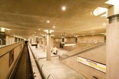 Berlin U-Bahn (chemin de fer au fond) est un chemin de fer de transit rapide à Berlin, Allemagne Image libre de droits
