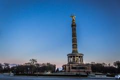 Berlin Victory Column avec le ciel bleu images stock