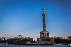 Berlin Victory Column med blå himmel arkivbilder