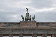 Berlin The vier Pferde und der Quadriga über dem Brandenburg Gat Lizenzfreies Stockbild