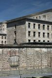 Berlin Wall con i precedenti di vecchie costruzioni a Berlino Ovest fotografie stock libere da diritti