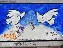 Berlin Wall East Side Gallery dove graffiti Stock Photo