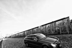 Berlin Wall med bilen Royaltyfria Bilder