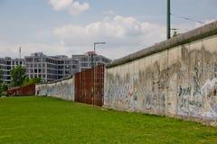 Berlin Wall Memorial Del av väggen som står fortfarande Arkivfoton