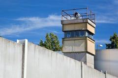 Berlin Wall Memorial en watchtower Arkivbilder