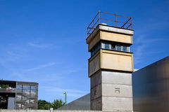 Berlin Wall Memorial en watchtower i det inre området Arkivfoton