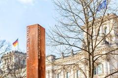 Berlin Wall Memorial et le Reichstag Photo libre de droits