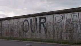 Berlin Wall met 'sparen Onze die Planeet 'op het - Muurgedenkteken in Niederkirchnerstrasse wordt geschreven stock video