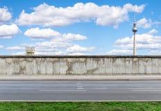 Berlin Wall met watchtower en TV-Toren Stock Foto