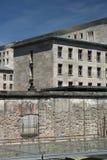 Berlin Wall mit dem Hintergrund von Altbauten in Westberlin lizenzfreie stockfotos